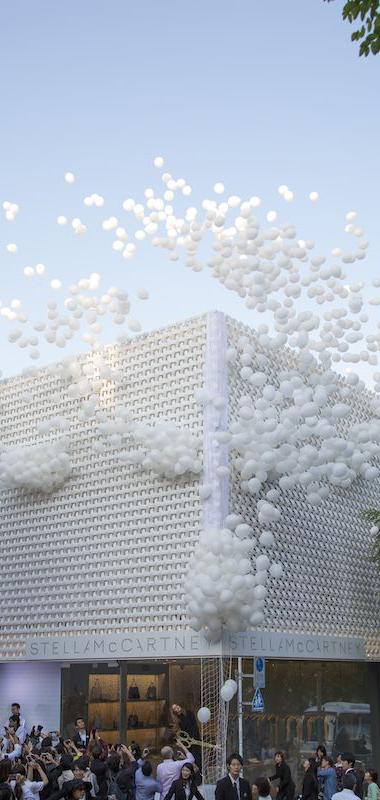 balti balionai ant pastato
