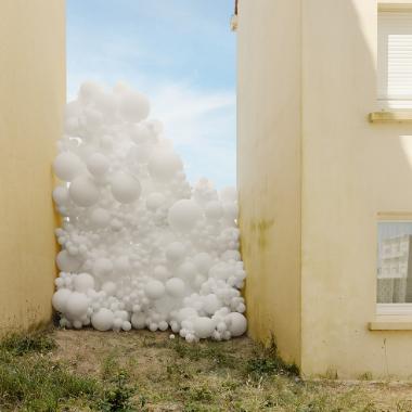 balti balionai dekoracija lauke
