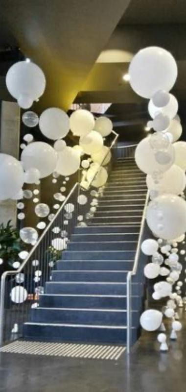 balti balionai laiptu dekoravimas