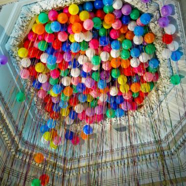 balionai su heliu pakabinti lubose