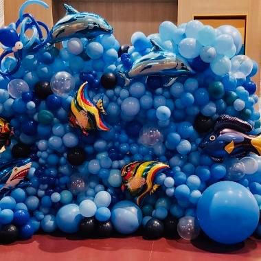 mėlyni balionai dekoracija